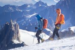 un groupe de grimpeurs dans les montagnes Sport de s'élever et d'alpinisme Concept de travail d'équipe photos stock