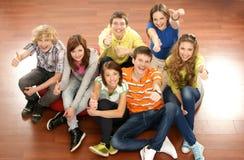 Un groupe de jeunes adolescents traînant ensemble photographie stock