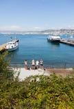 Un groupe de jeunes filles blondes attendant leur ferry sur le Doc. photo stock