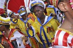 Un groupe de jeunes garçons sont habillés en tant que marins de fantaisie en Trinidad Carnival Photographie stock