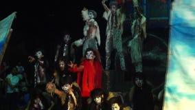 Un groupe de jeunes hommes dans divers costumes de roche et de bête jointifs dansent le concours clips vidéos