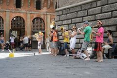Un groupe de jeunes musiciens jouant sur la rue images libres de droits