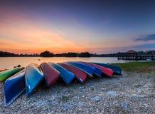 Un groupe de kayaks échoués. Images stock