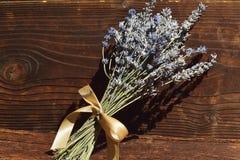Un groupe de lavande fleurit sur un fond en bois Photo libre de droits