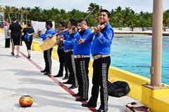 Un groupe de mariachi jouant pour des touristes photographie stock libre de droits