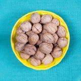 Un groupe de noix dans un panier jaune Photo stock