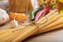 Un groupe de pâtes crues de spagetti Photo stock
