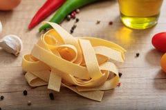 Un groupe de pâtes crues de spaghetti Photographie stock