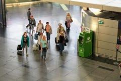 Un groupe de passagers avec des chariots à l'aéroport international Moscou de Vnukovo - juillet 2017 Images stock