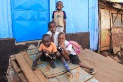 Un groupe de pauvres enfants à une hutte de burn-out dans les taudis photographie stock libre de droits