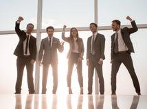 Un groupe de personnes avec le grand succès se tient photographie stock libre de droits