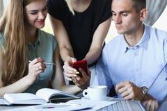 Un groupe de personnes dans un café communiquent Photos libres de droits