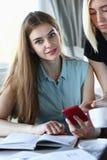 Un groupe de personnes dans un café communiquent Images stock