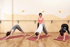 Un groupe de personnes faisant le yoga image libre de droits