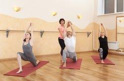 Un groupe de personnes faisant le yoga photos stock