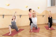 Un groupe de personnes faisant le yoga photo stock