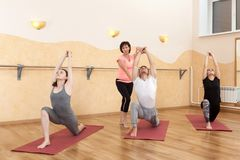 Un groupe de personnes faisant le yoga image stock