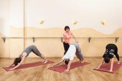 Un groupe de personnes faisant le yoga images libres de droits