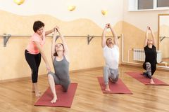 Un groupe de personnes faisant le yoga photo libre de droits