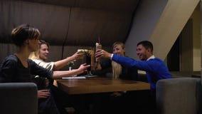 Un groupe de personnes font tinter des verres avec les cocktails et la boisson, mouvement lent de peu clips vidéos