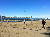 Un groupe de personnes jouant au volleyball de plage un beau jour ensoleill? le long des plages sablonneuses des banques espagnol photos stock