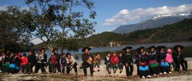 Un groupe de personnes locales dans le village chinois Photo stock