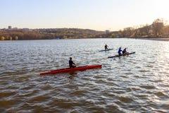 Un groupe de personnes montent un kayak image libre de droits