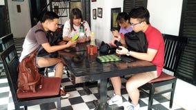 Un groupe de personnes nourritures de commande Photo stock