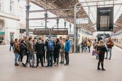 Un groupe de personnes s'élèvent sur une plate-forme à la gare ferroviaire à Porto photo libre de droits