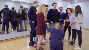 Un groupe de personnes salutations leur petit ami dans le studio clips vidéos