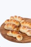 Un groupe de petits pains faits maison sur un panneau en bois de cuisine Image libre de droits