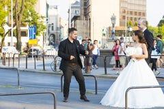 Un groupe de photographes de mariage sur les rues de Budapest tient une séance photo pour quelques nouveaux mariés Photo stock
