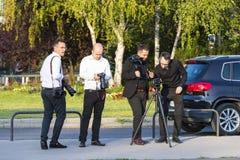 Un groupe de photographes de mariage sur les rues de Budapest tient une séance photo pour quelques nouveaux mariés Image libre de droits