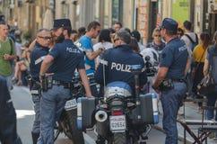 Un groupe de policiers restant dans la rue principale de Palerm image stock