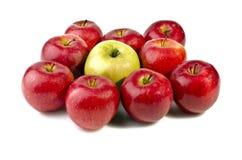 Un groupe de pommes appétissantes d'isolement au-dessus du blanc Photographie stock libre de droits