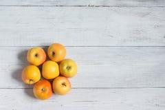 Un groupe de pommes jaunes sur un fond en bois blanc, vue supérieure photos stock