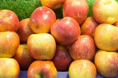 Un groupe de pommes mûres en vente Photo stock