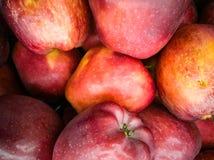 Un groupe de pommes sur la table photos stock