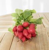 Un groupe de radis sale frais Photo stock