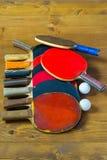 Un groupe de raquettes de tennis pour la balle de tennis de table Image libre de droits