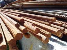 Un groupe de rebars de barres attendent la construction Ils sont rouillés mais forts photo stock