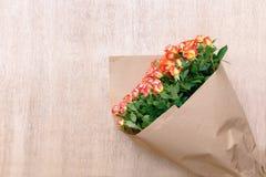 Un groupe de roses magnifiques fraîches en papier de métier sur un backg en bois Photo libre de droits