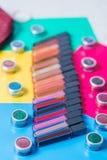 Un groupe de rouges à lèvres lumineux, fond lumineux coloré de fard à paupières, cosmétiques professionnels, maquillage, plan rap Photographie stock libre de droits