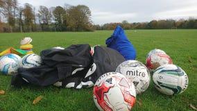 Un groupe de sac et de cônes de boule des football Images libres de droits
