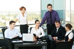 Un groupe de six personnes d'affaires dans un bureau Photographie stock libre de droits