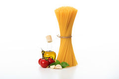Un groupe de spaghetti crus sur un fond blanc Image stock