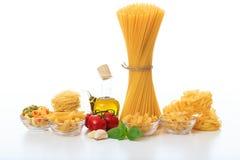 Un groupe de spaghetti crus sur un fond blanc Images stock