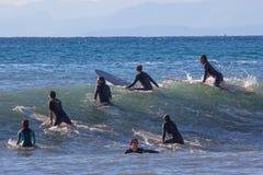 Un groupe de surfers attendent la vague photo libre de droits
