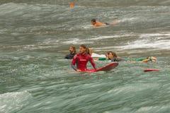 Un groupe de surfers attendent la vague photo stock