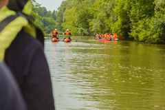 Un groupe de touristes flotte sur une rivière fraîche et calme sur les catamarans gonflables, activités en plein air, mode de vie image stock